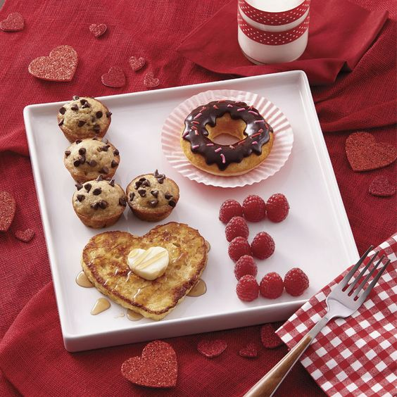 LOVE valentine's day breakfast ideas - cute Valentine's day ideas - breakfast in bed: