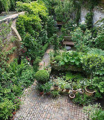 Teich Hochbeet Als Raumteiler Massiver Einsatz Von Ziegeln Kletterpflanzen Als Eins In 2020 Courtyard Gardens Design Small Courtyard Gardens Beautiful Gardens