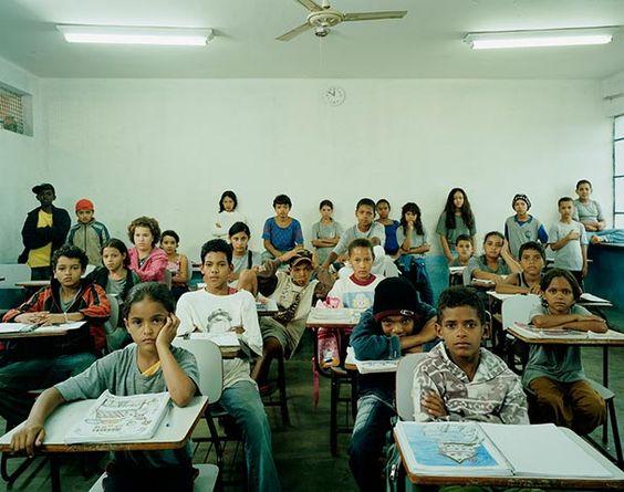 Viajó por todo el mundo fotografíando aulas escolares