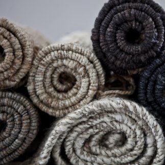 natur nature bleached blekt grå grey svart black hampamatta tell me more matta hampa jute handgjord växtfärger gräs 60x90