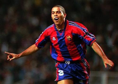 Ronaldo Nazario.Un día tuvimos un Messi brasileño,que pudo hacer historia y no quiso.Le pudo la pasta.Así le fue.