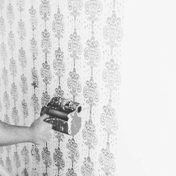 Mathias streicht unsere Wohnzimmerwand mit einer Strukturwalze  #decor #decorating #painting #pattern #paintroller #renovieren #streichen #strukturwalze #shabbychic #shabby #diy by weissundpastell