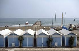 """Venezia ,  i tipici """"capanni"""" sulla spiaggia del Lido"""