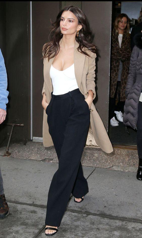 Emily Ratajkowski con un atuendo elegante y casual.