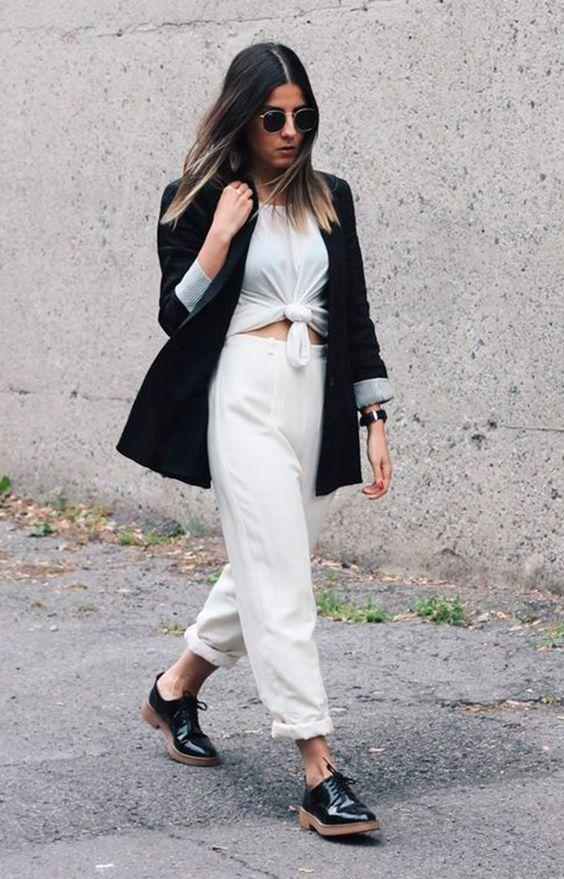 Street style look camiseta nó, calça branca, blazer preto e oxford preto.: