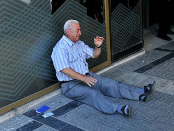Greece: Pesara menangis gagal keluar wang - http://malaysianreview.com/131868/greece-pesara-menangis-gagal-keluar-wang/