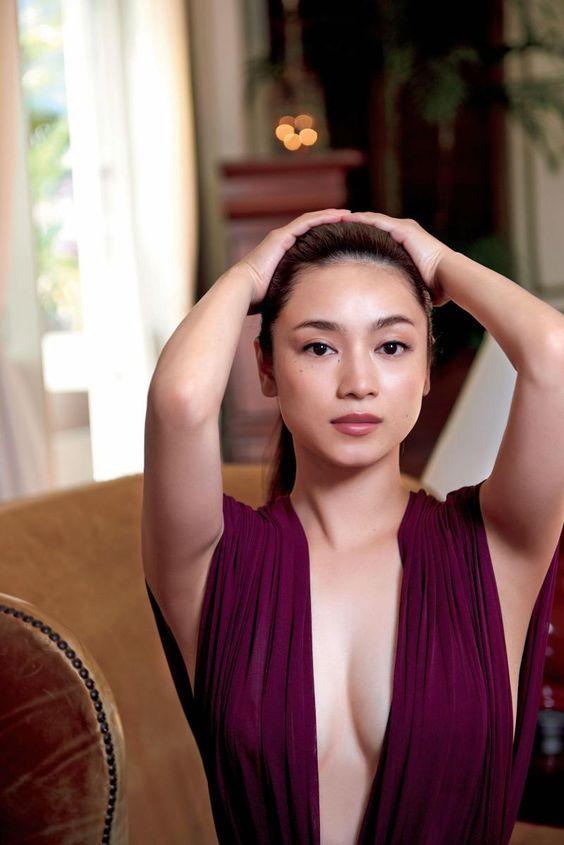平愛梨パープルのファッションとセクシーグラビア