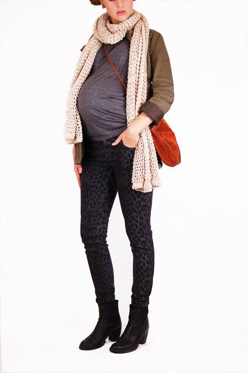 Our super cool leopard pregnancy jean (we LOVE them...), combined with a grey t-shirt from Dote that also has an invisible (yup!) nursing solution! Copyright© GlamMom.se