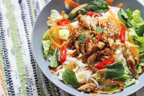 Lorsque j'ai envie de fraîcheur et de légèreté sans frustrer mon appétit d'ogresse, les salades de nouilles de style asiatique sont toujours mon option préférée. Je vous ai notammentdéclaré mon amour absolu pour le bô bun à plusieurs reprises (cf ma recette végétarienne ici), et je dois dire que le combovermicelles / crudités / «viande»Lire la suite…