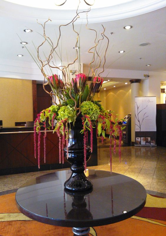 Dramatic flower arrangement in the london marriott hotel for Foyer flower arrangement