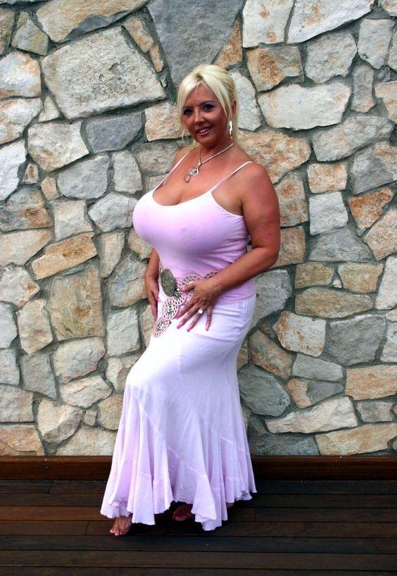 Flattering looks for busty women