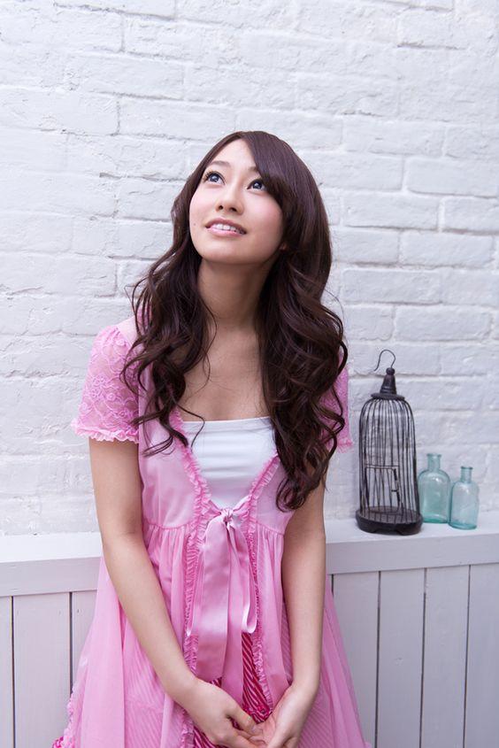 上を見上げる桜井玲香のかわいい画像