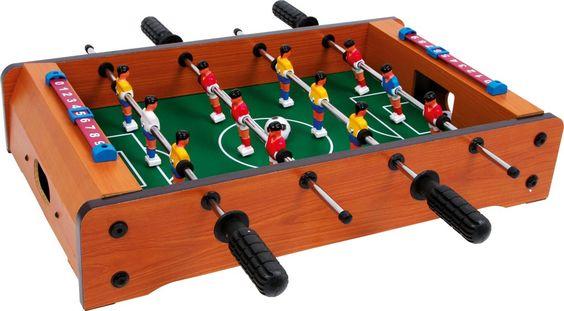 Eine kurzweilige Beschäftigung und spielerische Schulung für die Motorik und Hand-Augen-Koordination ist dieser kleine Kicker-Tisch! Mit je 6 Spielern werden tolle Partien auf dem Tisch die Spieler begeistern! Toll geeignet auch für Reisen, die kleine Pause im Büro, schnelle Spiele zwischendurch oder Partyturniere! Inkl. 2 Bällen. ca. 51 x 50 x 10 cm