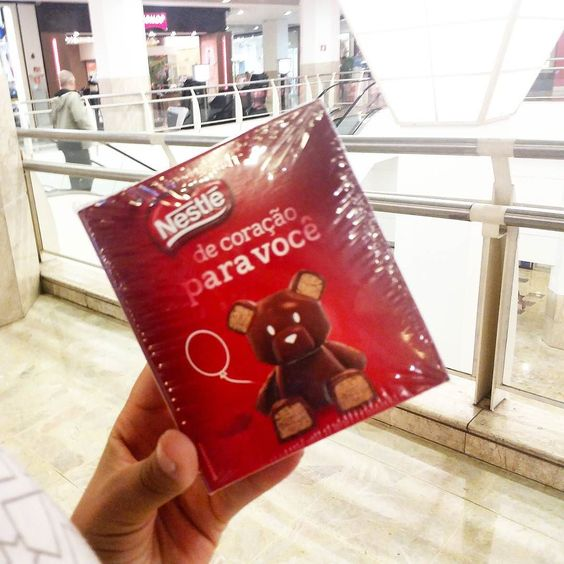 Passamos no shopping hj pra almoçar ai meu amor me da essa caixinha maravilhosa com chocolates deliciosos dentro  Ameii maridão!  Vende nas @lojasamericanas  by natalialibien