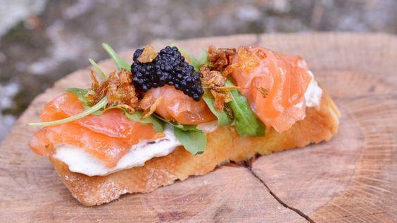 Brusqueta o tosta de salmón con queso mascarpone y cebolla caramelizada - Pablo Vicari - Receta - Canal Cocina
