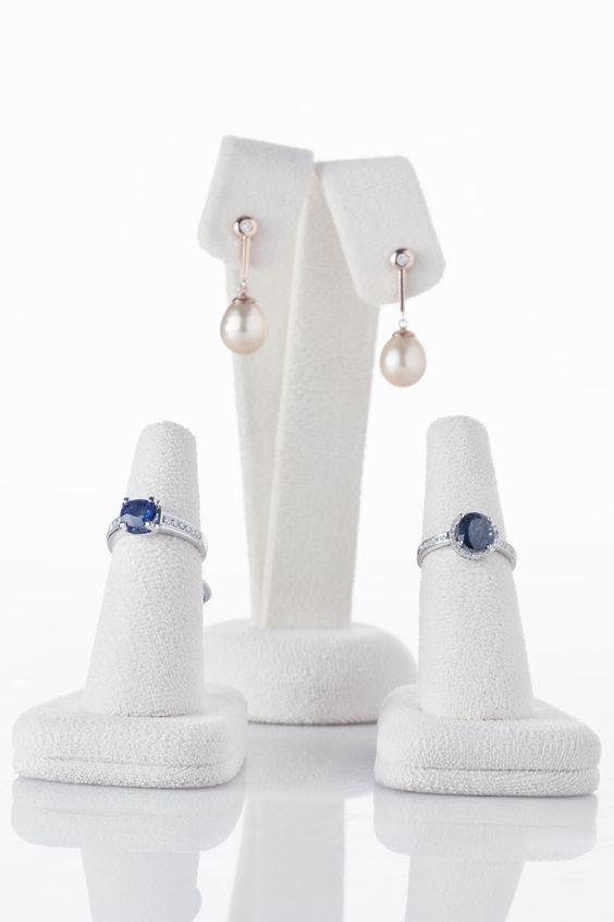 Estos anillos perlas son más que soñados, encuéntralos en gruber.  Lanzarita de diamantes y zafiros, de 0.37ct y oro de 5 grm. Anillo en oro blanco con zafiro de 1.46ct y diamantes de adorno 0.17 ct oro 3.6 grm y aretes en perlas con puntos de diamantes y oro rosado.De Gruber Joyeros.