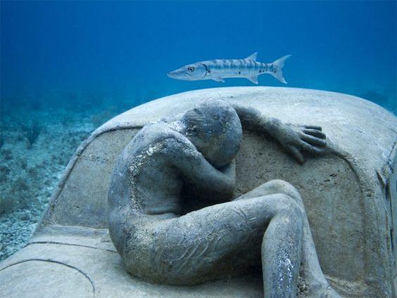 Museo Subacuático en Cancún, el primer museo submarino en el mundo. Fijadas al subsuelo rocoso con alcayatas, para evitar el desplazamiento de las mismas por las fuerzas de las corrientes submarinas o de los huracanes.