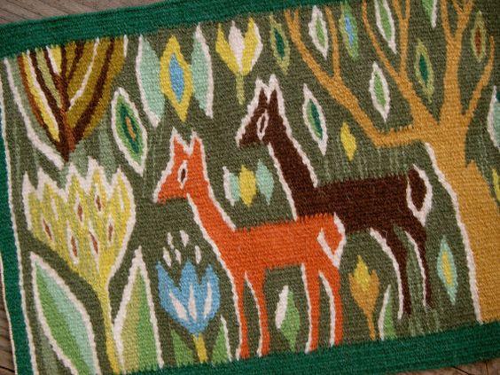 Suédois tissé à la main flamand tissage tapisserie murale datant des années 60 avec deux cerfs. Scandinave artisanale rétro.