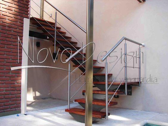 Escalera de eje central en hierro madera y acero for Barandas de escalera