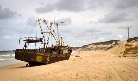 """Navio encalhado na praia de Buzios - Natal RN - Esse barco encalhado hoje é praticamente parte da praia de Búzios. Virou referência (""""a praia do navio""""; """"estou perto do navio"""") e ganhou muitas histórias acerca de como viera parar ali. Ouvimos teorias desde navio negreiro (o que seria cronologicamente impossível) até de navio de contrabando."""