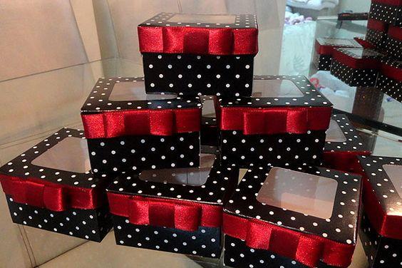 Festa Anos 60 Decoração Branco Preto Vermelho Lembrancinha Caixinha Poá Preto e Branco