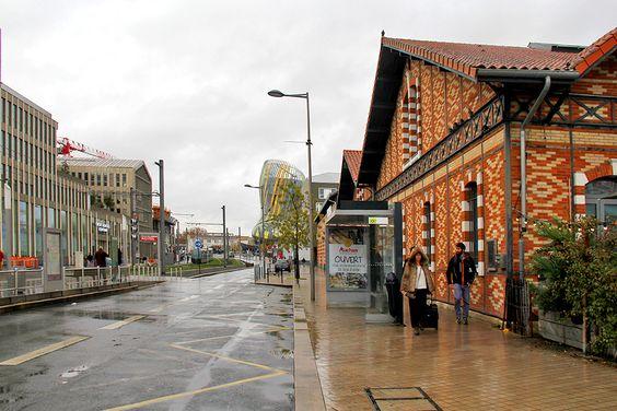 Направление к музею Город Вина, вид с остановки трамвая