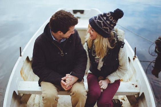pareja de novios sentados en una lancha hablando
