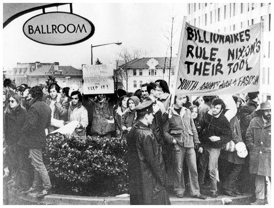 """""""Миллиардеры правят, Никсон их инструмент"""". Протесты молодежи в день инаугурации Ричарда Никсона, Вашингтон, 1969 год."""