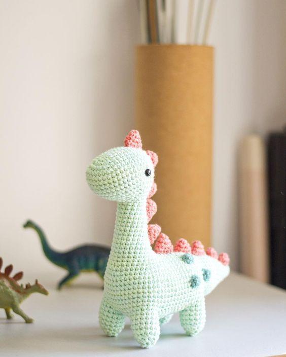 Mañana sale #EduardoTiernosaurio en el taller intermedio/avanzado de @casamanita   (que repite el 7/5) Y muero por mostrarles todos los nuevos muñecos en los que estoy trabajando...pero por ahora no me dejan  #amigurumi #crochet #craft #dinosaur #elmundodepicapau by picapauyan