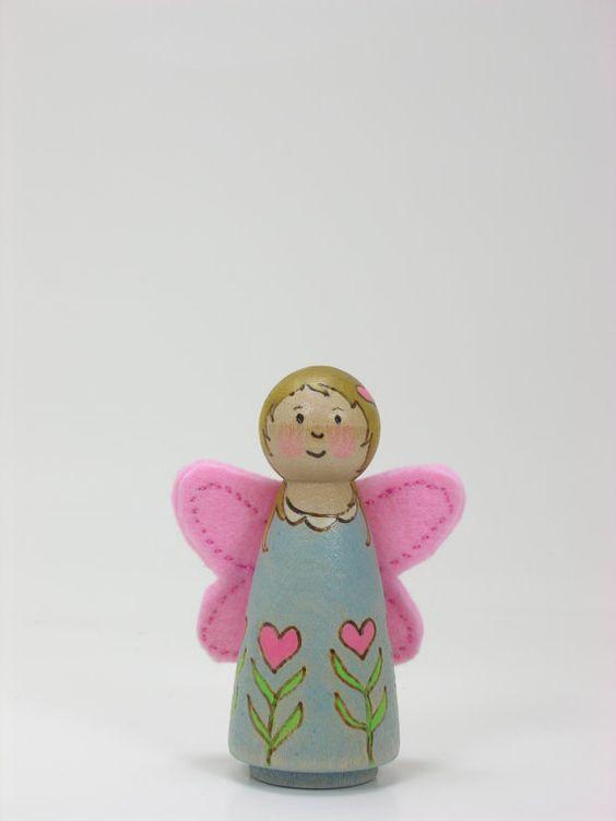 Une poupée de cheville en bois de taille de Love par Gnomewerkspdx