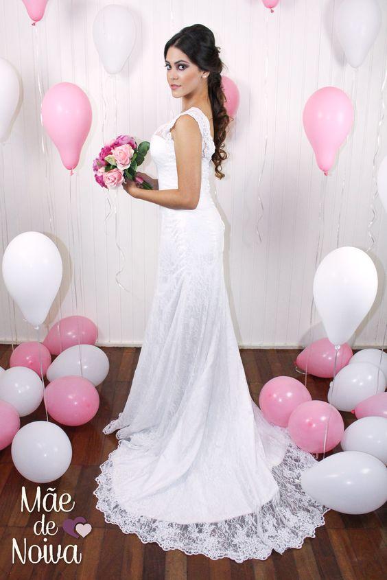 Noiva bailarina, noiva de renda, vestido de noiva com decote, vestido de noiva justo, noiva semi sereia, cabelo preso lateral. Modelo: Dora Figueiredo - confeccionado pelo ateliê Mãe de Noiva