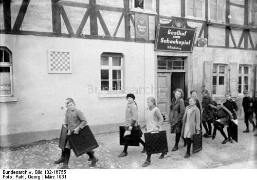 """Ströbeck, das Dorf der Schachspieler! Nicht weit von Halberstadt, 10 Minuten Eisenbahnfahrt von der Grossstadt des Getriebes entfernt, liegt das Dorf Ströbeck, im Volksmunde genannt """"Das Dorf der Schachspieler"""". Selbst in der Schule ist das Schachspiel Unterrichtsfach und wird von fachkundigen Lehrern gelehrt. Die Bewohner pflegen seit alter Zeit das Schachspiel. Alljährlich, vor Beginn der Osterferien findet in Ströbeck ein Schülerturnier statt, bei welchem die Gewinner als Preise…"""