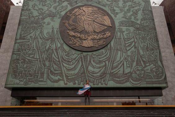 María Clemente con la bandera trans en el Congreso de México, en julio de 2021. ALEJANDRA RAJAL