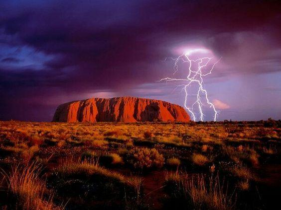 雷が落ちているエアーズロックです。