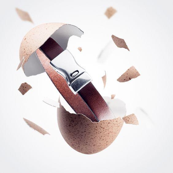 Un cadeau inattendu pour Monsieur : un oeuf avec un bracelet en cuir à l'intérieur