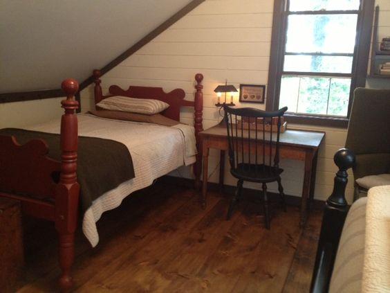 Farmhouse interior vintage early american farmhouse for Raised bedroom ceiling
