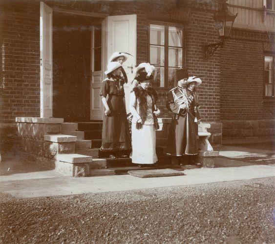 Tsar Nicolau II cercado por suas filhas as Grã-duquesas Olga Nikolaevna, Tatiana Nikolaevna, Marie Nikolaevna e Anastasia Nikolaevna, e também em companhia da cunhada a Princesa Irene of Prussia, em Spala, Poland, entre Setembro e Novembro de 1912.