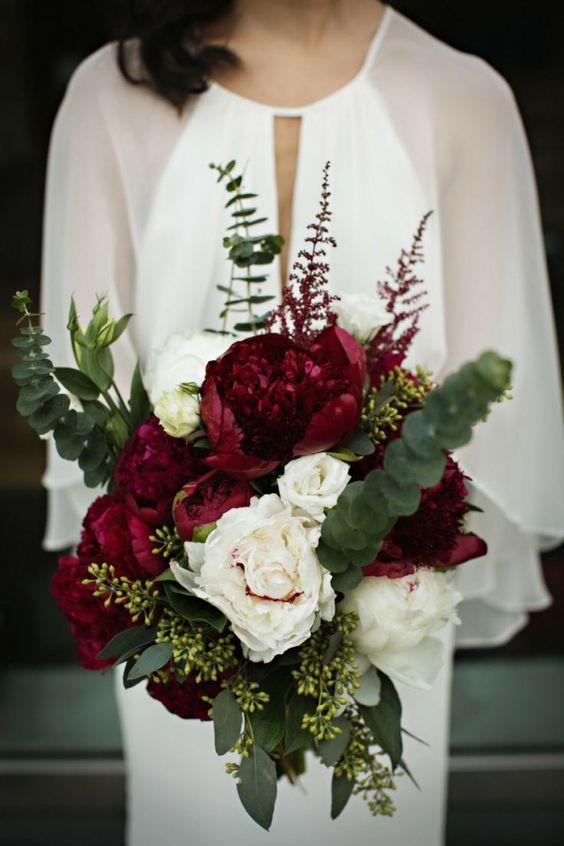 Imagen 29 Bouquet de novia en borgoña, verde y blanco para una boda en invierno…