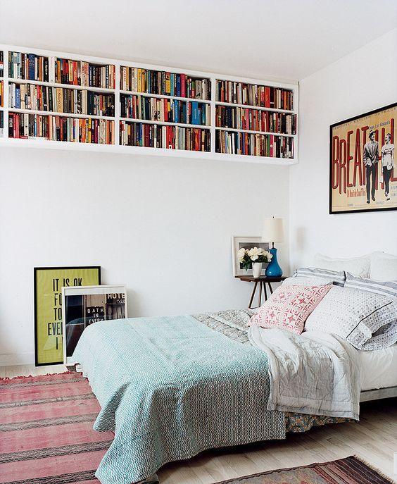 Livros no chão também