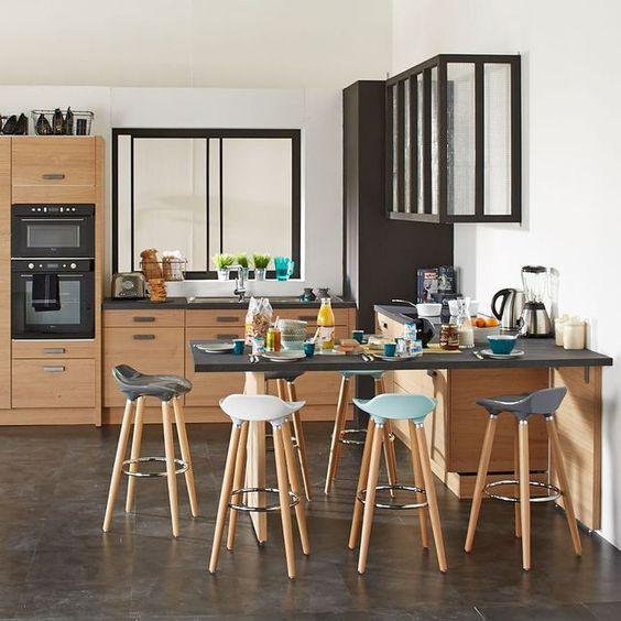 Cuisine avec un mobilier plaqué en chêne