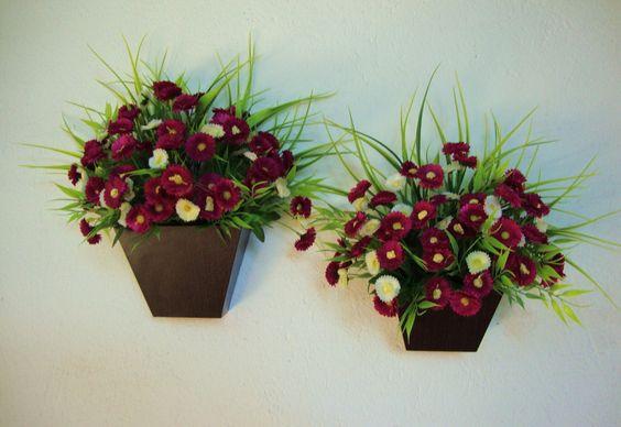 Vaso de parede em MDF revestido com laminado cor Imbúia, flores em dois tons de cores , Bordô e Bege , musgos, folhagens. ótimo para alegrar sua varanda, lavabo ,corredores, quartos...........