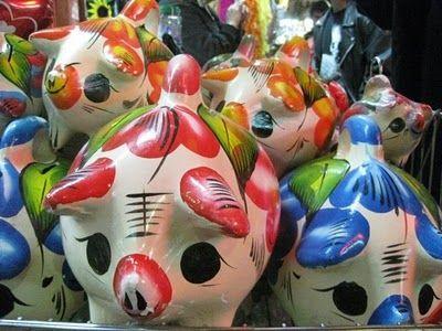 """Todos conocemos los cochinitos, o """"Piggy Banks"""", y probablemente también hemos tenido uno.. ¿pero saben su origen? Cuando tuve la idea de hacer una compilación de """"cochinitos"""" reinterpretados por diseñadores me surgió la curiosidad de saber porque le metemos monedas a un cerdo. Los cochinitos Mexicanos siempre han sido de mi fascinación, pero al ver que no somos los únicos que lo usamos, me puse a buscar de donde proviene esta tipología que representa el ahorro."""