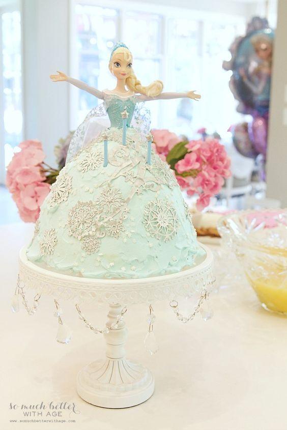 Bolo de aniversário Elsa em uma festa de aniversário congelado elegante | somuchbetterwithage.com
