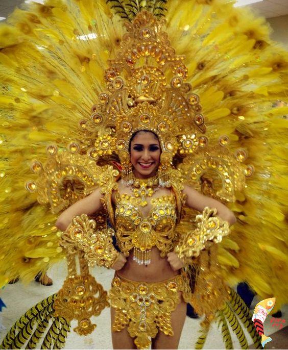 Traje de carnaval inspirado en el Altar de Oro, hecho con plumas y pedrería a
