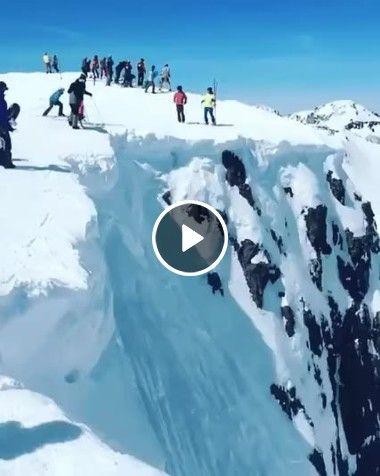 Homens escorregando em montanha