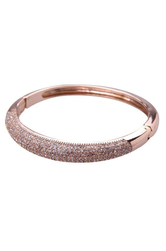 A pulseira de festa strass dourada é uma ...