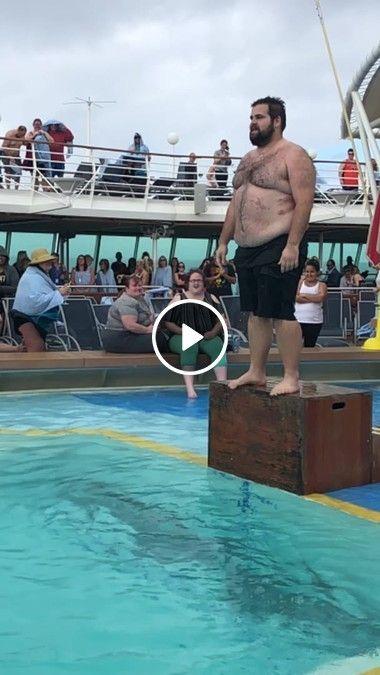 Gordinho caindo de peito na piscina