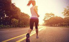 Woche 1 - Fit in vier Wochen: So kommen Sie in Form! - Montag: 3 x 8 Minuten Laufen, je 2 Minuten Pause Langsames, gleichmäßiges Tempo, das bis zum Schluss eines Intervalls durchgehalten wird Dienstag: 6 x 1 Minute Laufen, je 2 Minuten Pause Zügigeres Tempo...