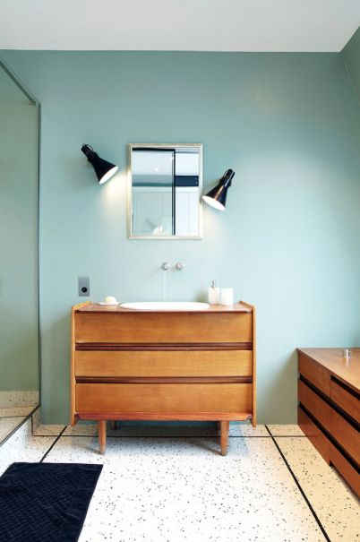 commode scandinave vintage pour lavabo houzz via nat et. Black Bedroom Furniture Sets. Home Design Ideas