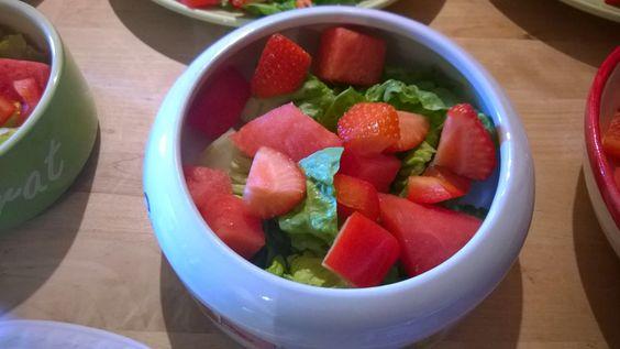 Salat, Wassermelone, rote Paprika und Erdbeere.